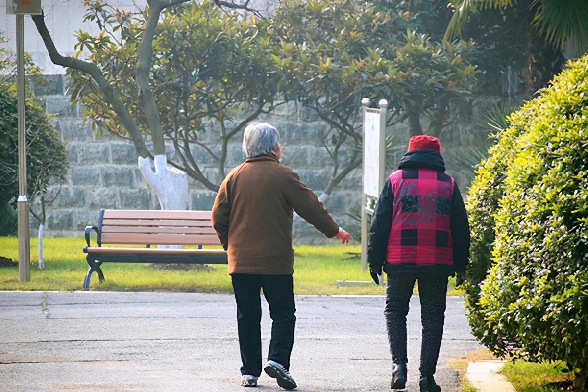 走路快的老人和走路慢的老人,哪个更容易长寿?研究或能给你答案#金猫榜#-今日新鲜事