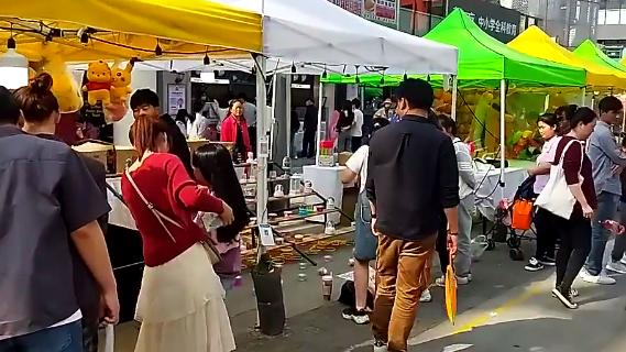 又到久违的荣欣广场,正好遇到一场集市(视频)