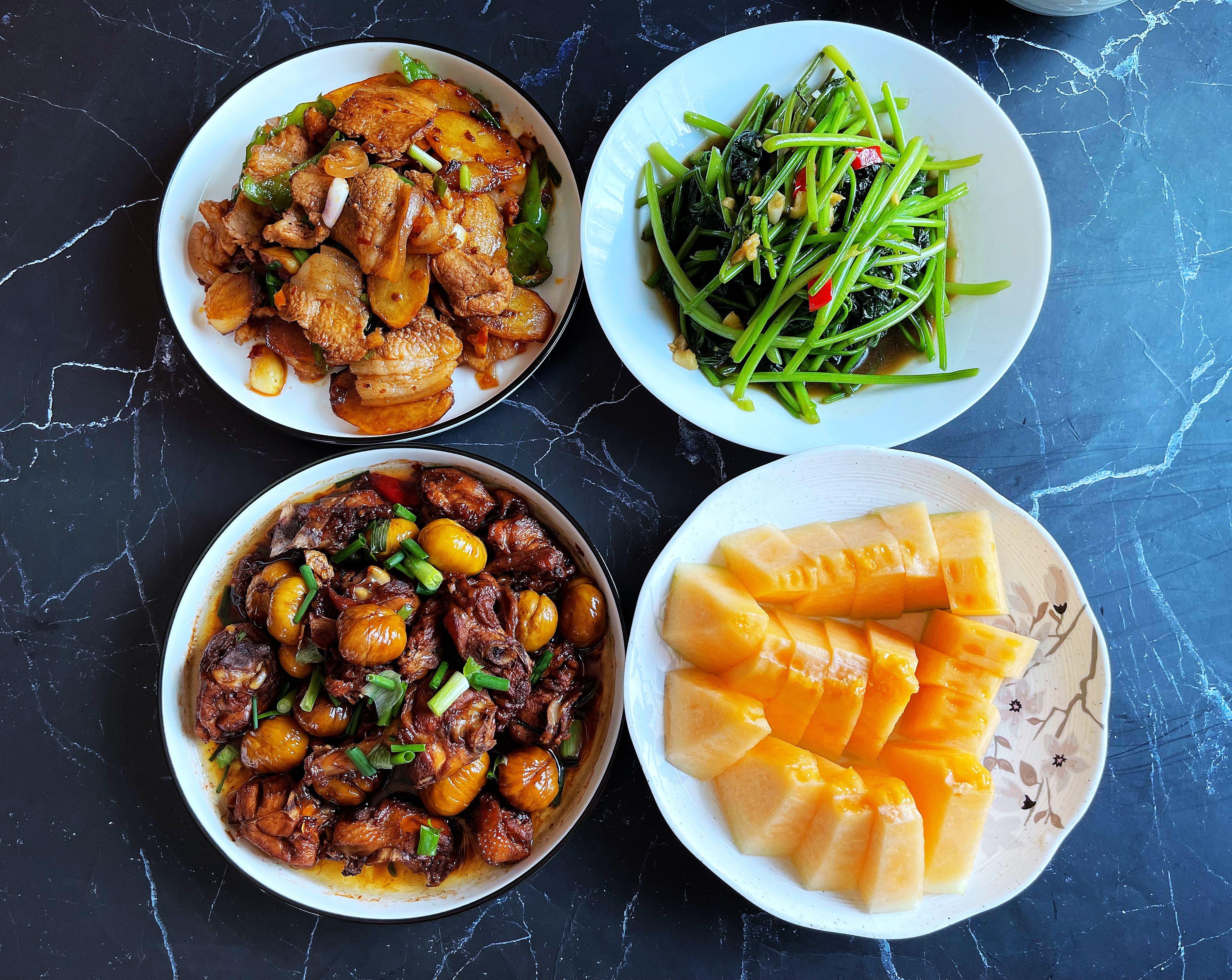 2口子的午餐,3菜配水果,上得台面又实惠好吃,晒圈火了