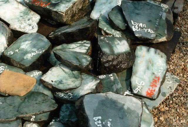 这个穷老头,买下价值1亿元的翡翠原石,为何在床下藏了20年!