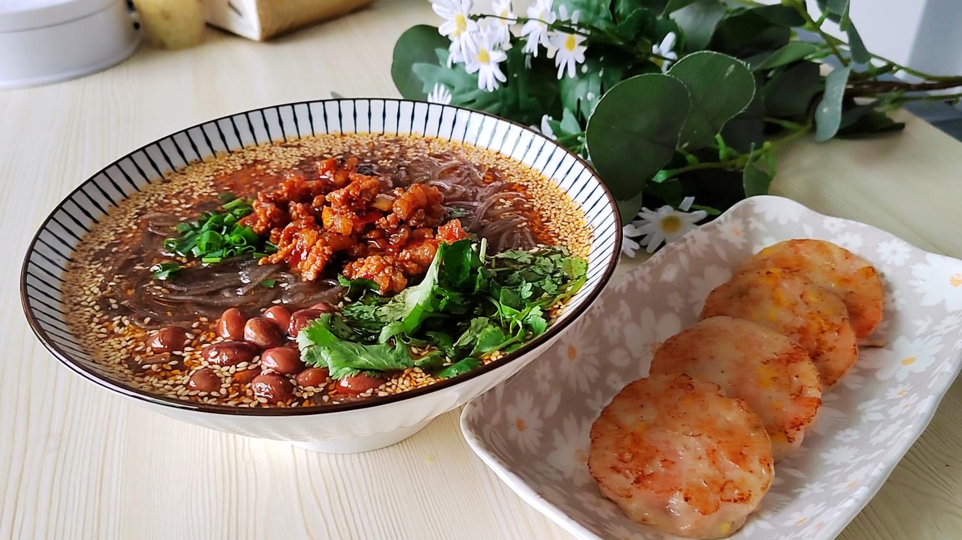 不想吃饭的时候你就吃这个,酸辣粉+虾饼,给肉都不换的美味