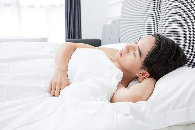 """男人坚持不穿内裤睡觉,对身体""""有益""""还是""""有害""""?建议了解-今日新鲜事"""