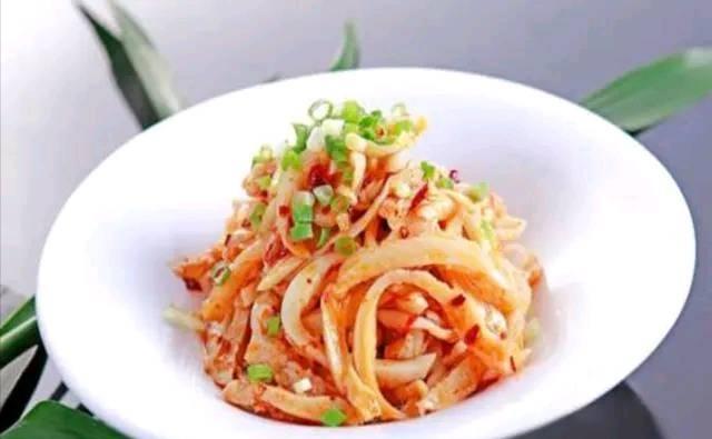 近似于干拌状态而使得成菜看上去很清爽,口味则鲜香微辣。
