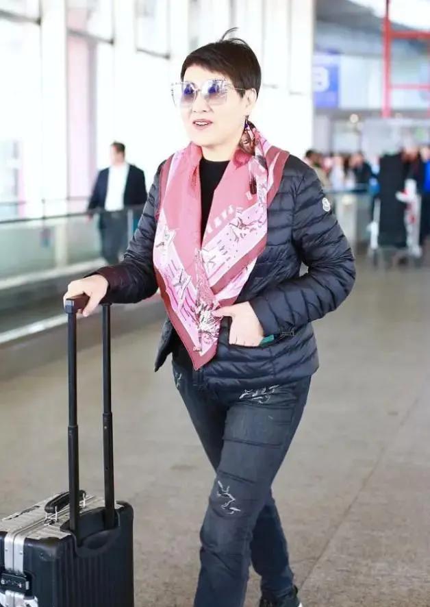 张凯丽穿羽绒披丝巾,保暖气质又优雅,50+老人也能穿的漂亮!