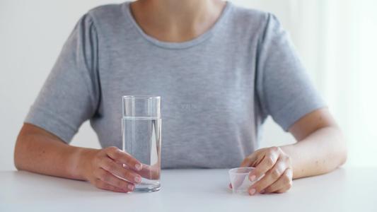 早起空腹喝水等于喝细菌?晨起第一杯水,或许很多人喝错了-今日新鲜事