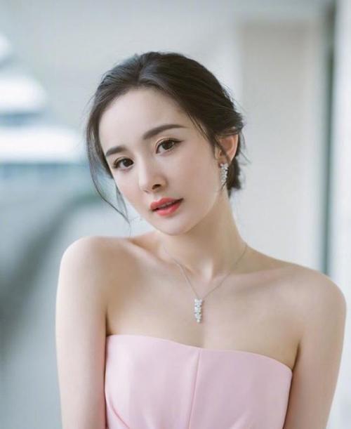 杨幂是娱乐圈的拼命三娘。身穿粉色礼服出镜,让粉丝眼前一亮。