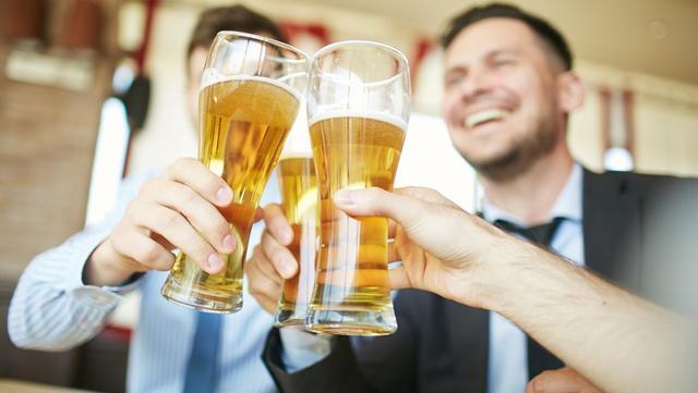 爱喝酒的人,坚持跑步,能抵消饮酒危害吗?大多数人都想错了-今日新鲜事