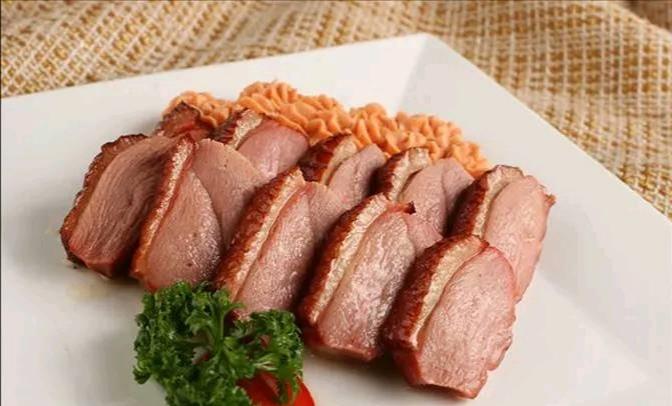 和平熏鸭脯肉质腊红,鸭骨甘酥,表皮柔嫩,肥而不腻,醇香适口。