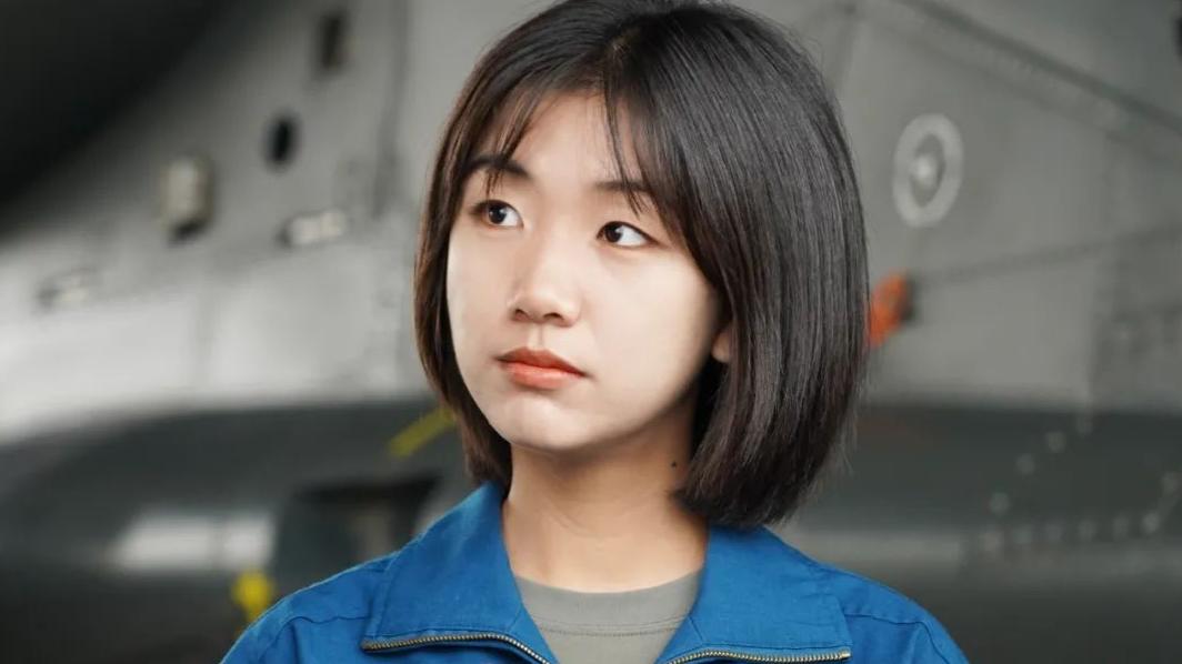 海南首位女飞行学员韩佳宁毕业了,军迷刷屏!