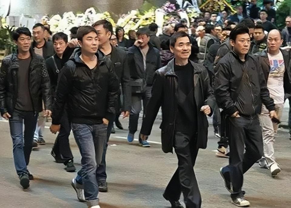 哥哥是14K的大佬,父亲跟刘銮雄母亲是好友,他则是香港百亿富豪